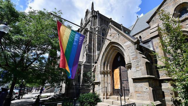 Американские геи, лесбиянки и бисексуалы менее религиозны, чем их гетеросексуальные сверстники