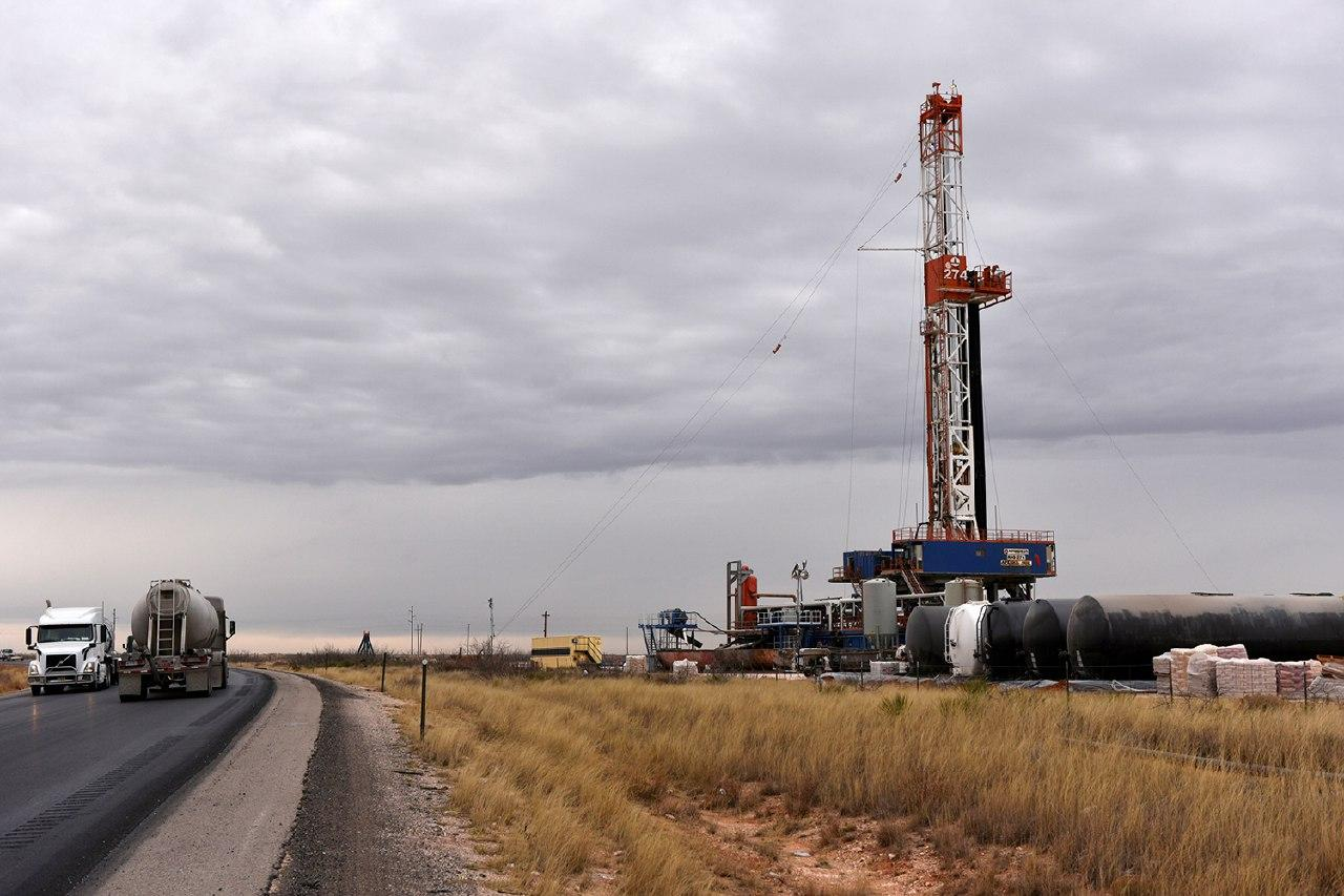 As US crude prices crumble, a difficult hand for the United States