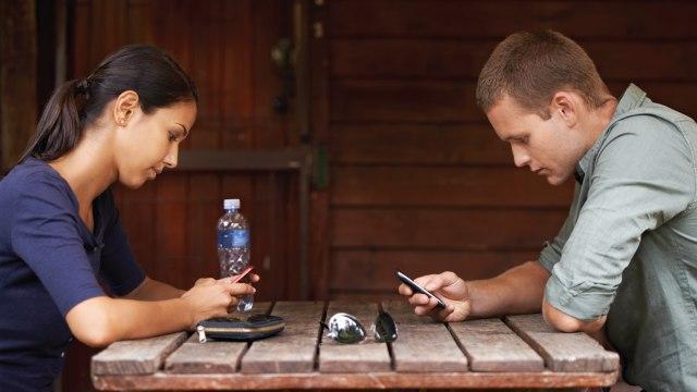 Відносини в цифрову епоху: як технології змінюють тисячолітні традиції
